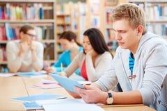 Estudiante con el panel táctil Foto de archivo libre de regalías