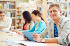 Estudiante con el panel táctil Fotografía de archivo