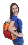 Estudiante con el pelo oscuro y la mochila largos Fotografía de archivo