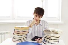 Estudiante con el programa de lectura del ebook Fotografía de archivo