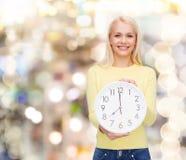 Estudiante con el reloj de pared Fotos de archivo libres de regalías