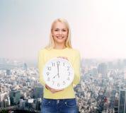 Estudiante con el reloj de pared Imagen de archivo libre de regalías