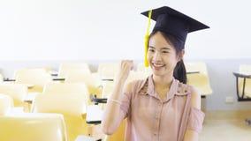 Estudiante con el sombrero de la graduación en sala de clase Fotografía de archivo libre de regalías