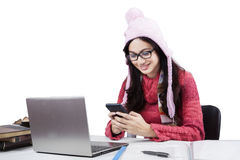 Estudiante con el suéter usando el teléfono móvil Imagen de archivo