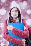 Estudiante con el suéter y el fondo defocused Fotos de archivo
