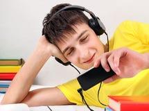 Estudiante con el teléfono Imagen de archivo libre de regalías