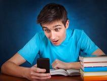 Estudiante con el teléfono móvil Imagenes de archivo