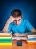 Estudiante con el teléfono móvil Foto de archivo