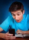Estudiante con el teléfono móvil Fotos de archivo