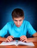 Estudiante con el teléfono móvil Fotografía de archivo libre de regalías
