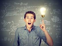 Estudiante con fórmulas de la matemáticas de la bombilla de la idea y de la High School secundaria Imagen de archivo libre de regalías