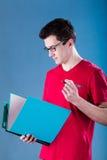Estudiante con la carpeta azul Fotografía de archivo libre de regalías