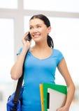 Estudiante con la carpeta, la PC de la tableta, el smartphone y el bolso Foto de archivo