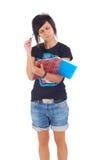 Estudiante con la carpeta roja que mira en cuaderno Foto de archivo