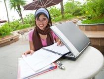 Estudiante con la computadora portátil Imagenes de archivo