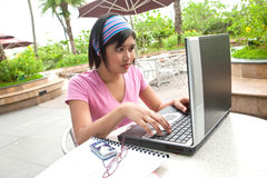 Estudiante con la computadora portátil Imagen de archivo libre de regalías