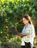 Estudiante con la computadora portátil Fotos de archivo libres de regalías
