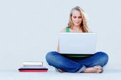 Estudiante con la computadora portátil Foto de archivo