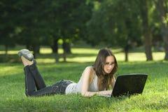 Estudiante con la computadora portátil al aire libre Fotos de archivo libres de regalías