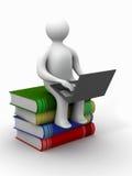 Estudiante con la computadora portátil que se sienta en los libros. Foto de archivo