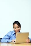 Estudiante con la computadora portátil. - Vertical Fotos de archivo libres de regalías