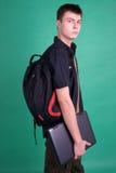 Estudiante con la computadora portátil y el morral Imagen de archivo libre de regalías
