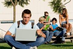 Estudiante con la computadora portátil Imagen de archivo