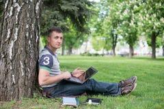 Estudiante con la lectura del monopatín y de la mochila Imagen de archivo