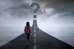 Estudiante con la muestra de la pregunta en el camino Foto de archivo