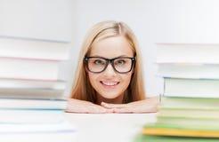 Estudiante con la pila de libros Foto de archivo