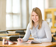 Estudiante con la tableta en biblioteca Fotos de archivo