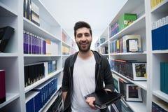 Estudiante con la tableta en biblioteca Fotos de archivo libres de regalías