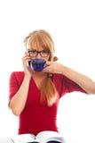 Estudiante con la taza y el hablar en teléfono celular Fotografía de archivo libre de regalías