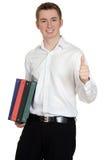 Estudiante con las carpetas que dan los pulgares para arriba Imagen de archivo libre de regalías