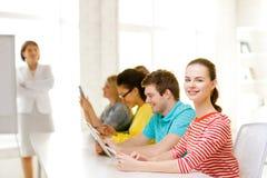 Estudiante con los compañeros de clase en clase del ordenador Fotos de archivo libres de regalías