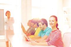 Estudiante con los compañeros de clase en clase del ordenador Fotografía de archivo