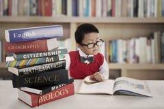 Estudiante con los libros de las lecciones Fotos de archivo