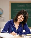 Estudiante con los libros de texto que hacen la preparación Fotografía de archivo