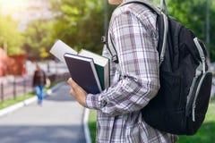 Estudiante con los libros de texto y la mochila Imagen de archivo libre de regalías