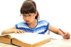Estudiante con los libros en el fondo blanco 1 de septiembre Imagen de archivo libre de regalías
