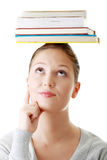 Estudiante con los libros en su cabeza Fotos de archivo