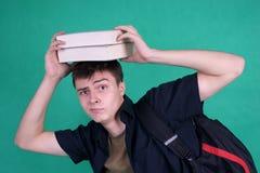 Estudiante con los libros pesados en su cabeza Fotografía de archivo