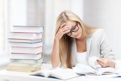 Estudiante con los libros y las notas Imagen de archivo