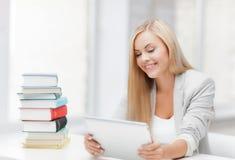 Estudiante con los libros y PC de la tableta Imagen de archivo libre de regalías