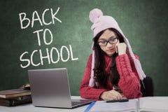 Estudiante con ropa hecha punto de nuevo a escuela Imagen de archivo