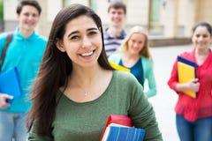 Estudiante con sus amigos imágenes de archivo libres de regalías