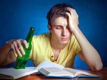 Estudiante con una cerveza Imágenes de archivo libres de regalías