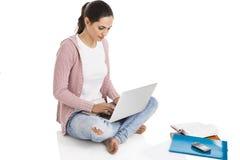 Estudiante con una computadora portátil Imagen de archivo libre de regalías