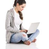 Estudiante con una computadora portátil Fotografía de archivo libre de regalías