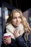 Estudiante con una taza de café a ir Fotos de archivo libres de regalías